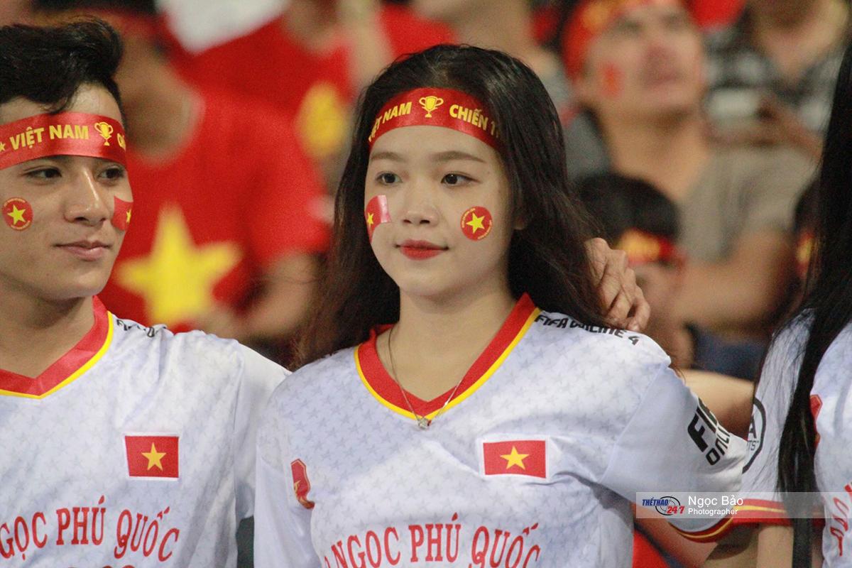CĐV nữ Việt Nam khoe sắc trong trận gặp Philippines