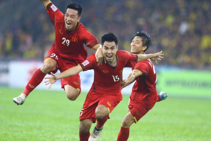 Văn Lâm xuất sắc giúp ĐT Việt Nam giành nửa vé vô địch