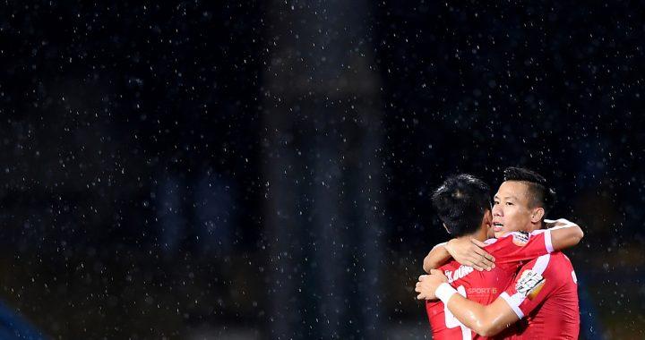 """Chùm ảnh Tiến Dũng ôm Quế Ngọc Hải dưới màn mưa khiến fan ngỡ ngàng: """"Các anh đang quay MV Hàn Quốc hay gì?"""""""
